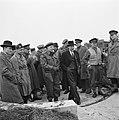 Britse, Canadese, Amerikaanse en Nederlandse militairen vergezellen hem, Bestanddeelnr 900-2337.jpg