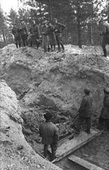 Opening van de massagraven door Duitse troepen, toelating van een propagandabedrijf
