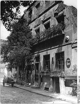 Zur letzten Instanz, Bundesarchiv, Bild 183-40675-0002 / CC-BY-SA 3.0 [CC BY-SA 3.0 de (https://creativecommons.org/licenses/by-sa/3.0/de/deed.en)], via Wikimedia Commons