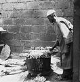 COLLECTIE TROPENMUSEUM Een man bezig met het roosteren van aan stokjes geregen vlees (sate) te Kaya TMnr 20010262.jpg