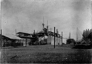 HNLMS Sumatra (1890) - Image: COLLECTIE TROPENMUSEUM Een pantserdekkorvet van de Koninklijke Marine in het droogdok Soerabaja T Mnr 60008806