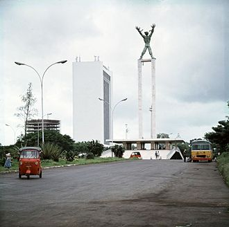 Lapangan Banteng - View of Lapangan Banteng from the Ministry of Finance building in 1980. The statue at the center of the park is Irian Jaya Liberation Monument