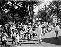 COLLECTIE TROPENMUSEUM Schoolkinderen in de optocht door de straten van Palembang tijdens de viering van het regeringsjubileum van Koningin Wilhelmina TMnr 60051096.jpg