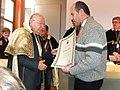 Canale d'Alba, 2010, il cav. Giacomo Oddero consegna a Giordano Berti il diploma OIAT (Organizzazione Italiana Assaggiatori Tartufi).jpg