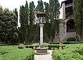 Casagrande dei serristori, giardino, colonna con la croce 02,4.jpg