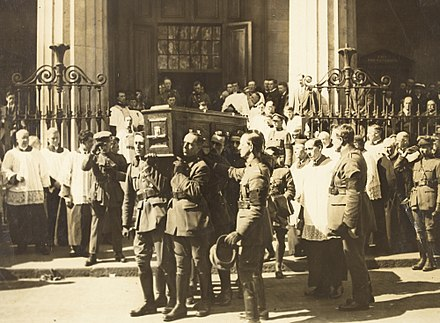 The funeral of Michael Collins St. Mary's Pro-Cathedral, Dublin, August 1922 Coffin of Michael Collins being carried from the Pro-Cathedral (15766239474).jpg