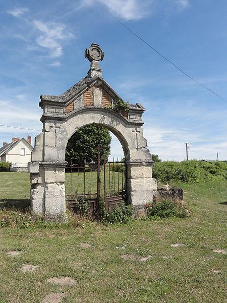 Colligis-Crandelain (Aisne) portail, vestige de l'ancien cimetière de Colligis