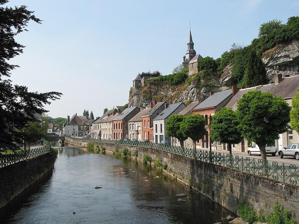 Couvin et l'Eau Noire, en Ardenne belge (province de Namur).  (définition réelle 2272×1704)