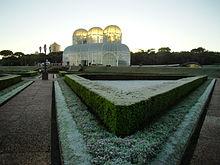 Curitiba (Sud del Brasile) è la più fredda delle capitali degli stati del Brasile, la serra del Orto Botanico di Curitiba protegge le piante sensibili.