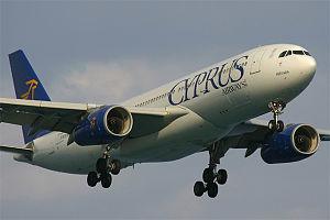 Airbus A330 der Cyprus Airways kurz vor der La...