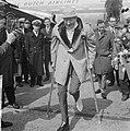 Danny Kaye in Nederland voor optreden, aankomst op Schiphol, Bestanddeelnr 916-3653.jpg