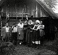 Družba iz Javorovice in Šentjerneja v nedeljo na Pleterskem hribu pred Sukačevim hramom 1952.jpg