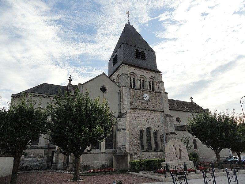 Côté nord de l'église Saint-Hilaire de Mareuil-sur-Ay (Marne), dont le clocher est classé monument historique.