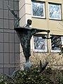 Erzengel Michael bekämpft den Drachen, an der Mühlenstraße in Celle, Skulptur des Bildhausers Kurt Lehmann, dem Oberlandesgericht zum 250jährigen Jubiläum geschenkt von der Stadt Celle.jpg