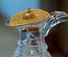3b25d02e4da9 Tapa de un jarrón de cristal de roca en forma de pájaro con las alas hechas  de filigrana de oro.