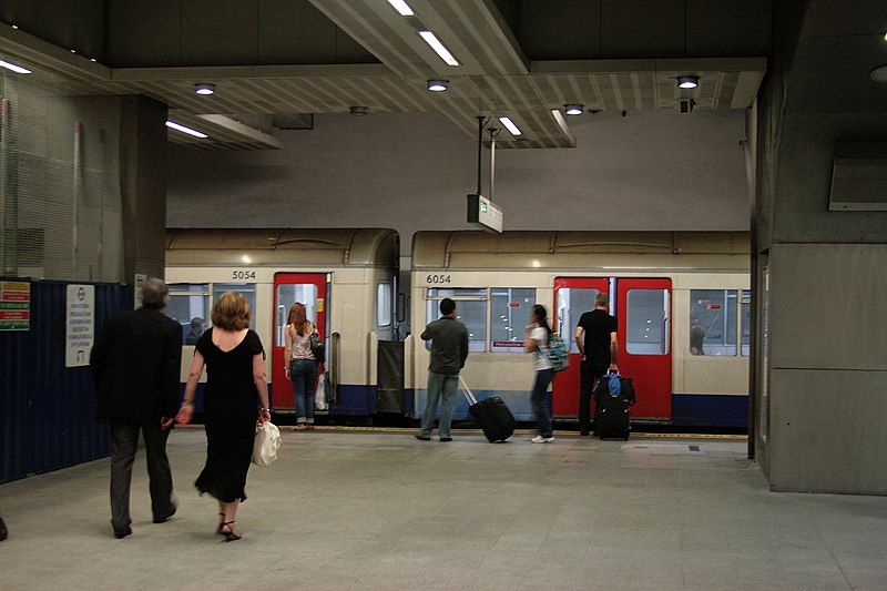 File:Farewell 'A' Stock, King's Cross, Metropolitan Line, 2011. - panoramio.jpg