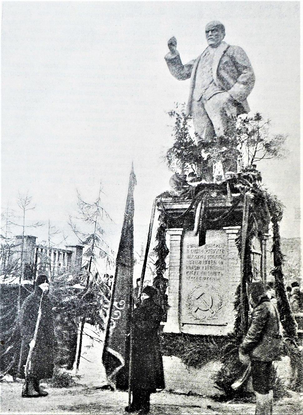 First Lenin statue in USSR 1924