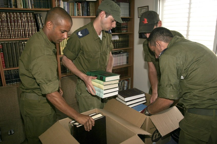 Flickr - Israel Defense Forces - The Evacuation of Nissanit (4)