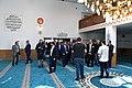 Folk strømmer ind i den nu åbne moské (42033488371).jpg