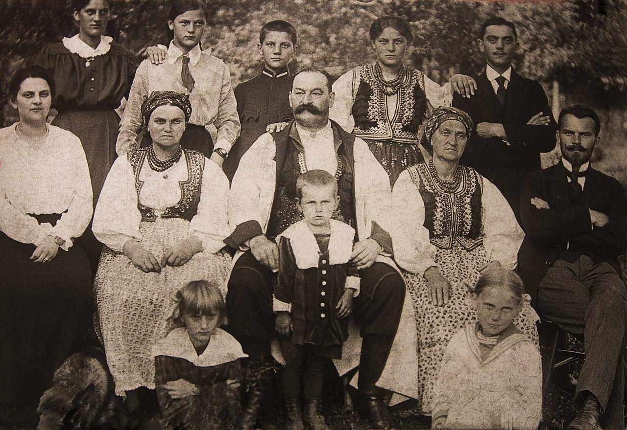 https://upload.wikimedia.org/wikipedia/commons/thumb/7/70/Franciszek-ptak-z_rodzina_1917.jpg/1280px-Franciszek-ptak-z_rodzina_1917.jpg