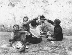 Fratelli Alinari - Il giuoco della morra - Street children playing morra in Naples, Italy in 1890s.jpg