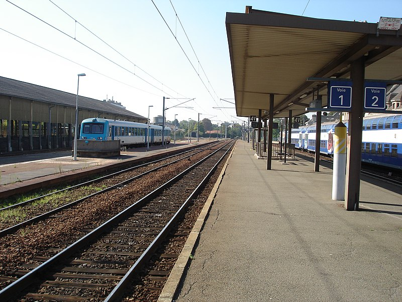 Gare de Dreux (28): Vue en direction de Granville, du quai central et de l'autorail X 4750.