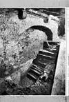 gedeelte ontgraven vloer met latere trap-ingang kelder -