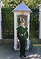 Guardsman soldier (gardist skiltvakt) of the Norwegian Royal Guards ( HMK Garde) and sentry box (skilderhus) by the Dronningparken of the Royal Palace (Slottet) in Oslo Norway 2018-09-17 7804.jpg