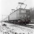 HUA-151113-Afbeelding van de electrische locomotief nr. 1147 (serie 1100) met twee nieuwe rijtuigen plan W van de N.S. ter hoogte van Maarn.jpg