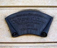 Plakette, geschaffen von Vinzenz Wanitschke am heutigen Hotel Bellevue in Dresden, die den Standort des Geburtshauses von Hans von Bülow markiert (Quelle: Wikimedia)
