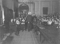 Heike Kamerlingh Onnes - 43 - Farewell to the old lecture hall, Physics laboratory (Natuurkundig Laboratorium), Steenschuur, Leiden in 1922 Behind the demonstration table is JP Kuenen.png