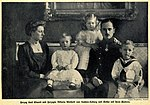 Herzog Karl Eduard und Herzogin Viktoria Adelheid von Sachsen-Koburg mit ihren Kindern, 1912.jpg