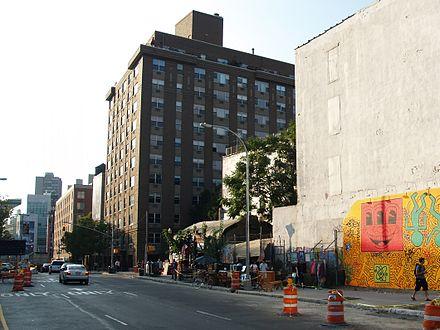 キース・ヘリングのオリジナルの1982年の壁画の2010年のレクリエーション。 ヒューストンストリートとバワリーにあるニューヨークシティのバワリー壁画