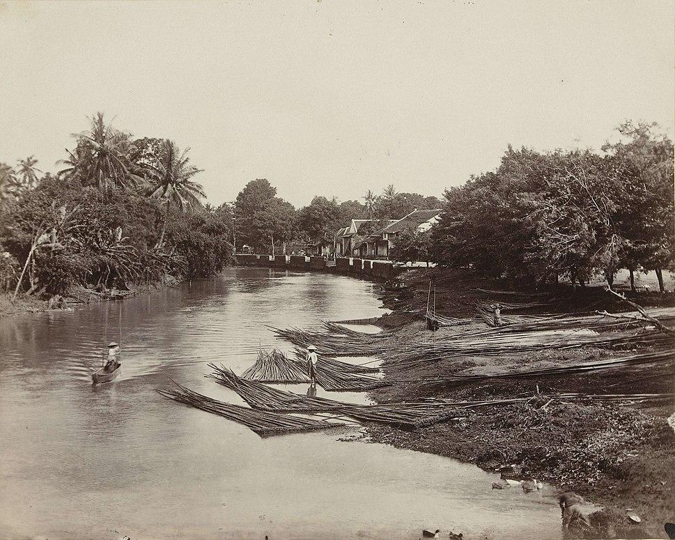 Houtverwerking op de rivier, anoniem, 1850 - 1890 - Rijksmuseum crop