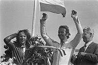 Huldiging 500cc. Phil Read (links, winnaar) en Wil Hartog (4e) met bloemen, Bestanddeelnr 926-5037.jpg