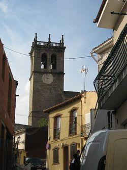 Torre de la iglesia de la Asunción, desde una de las típicas calles de Robledo de Chavela.