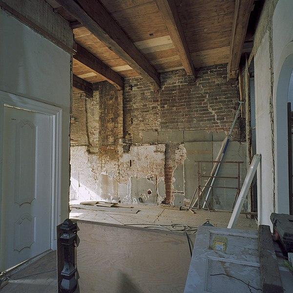 File interieur eerste verdieping kamer links voor metselwerk 18 de eeuw met balken plafond - Kamer met balken ...