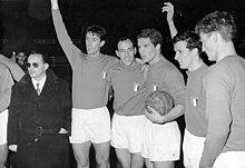 Fogli (secondo da destra) in Nazionale, poco prima della partita contro la Turchia (6-0) del 2 dicembre 1962.
