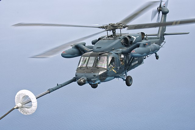 https://upload.wikimedia.org/wikipedia/commons/thumb/7/70/JASDF_UH-60J_%28591%29_tankt_bij_in_de_lucht_boven_de_Japanse_Zee%2C_-5_juni_2014_a.jpg/640px-JASDF_UH-60J_%28591%29_tankt_bij_in_de_lucht_boven_de_Japanse_Zee%2C_-5_juni_2014_a.jpg