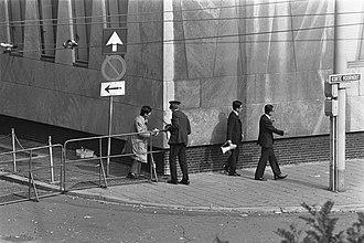 1974 French Embassy attack in The Hague - Image: Japanse terroristen gijzelen Franse ambassadeur en 10 anderen in Franse ambassad, Bestanddeelnr 927 4515