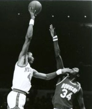 Hakeem Olajuwon - Olajuwon (right) defending Jawann Oldham on 25 November 1986