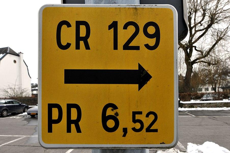 Schëld CR 129 an der rue du Village zu Jonglënster.