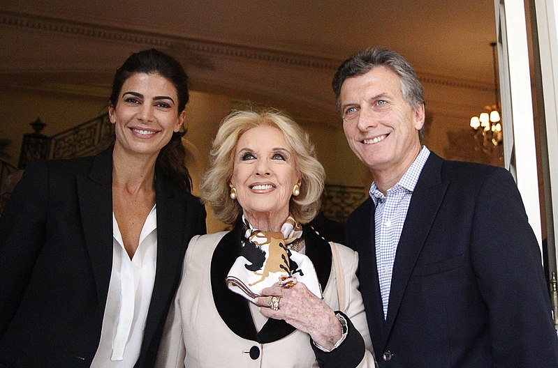 Fichier:Juliana Awada, Mirtha Legrand, and Mauricio Macri, June 2013.jpg