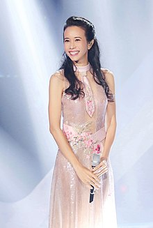 "Karen Mok (莫文蔚) at the TV show ""The Singing Battle (天籁之战)"" on 31 Oct 2016.jpg"