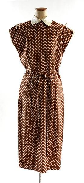 File:Klänning av brun dupion med vita prickar. Slätt liv med knäppning fram - Nordiska museet - NM.0244684A-B.jpg