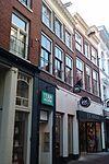 foto van winkel woonhuis met rechte lijstgevel voorzien van modillons en hijsbalk