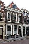 foto van Huis van twee bouwlagen, een kap loodrecht op de straat en een, dichtgeworpen kelder