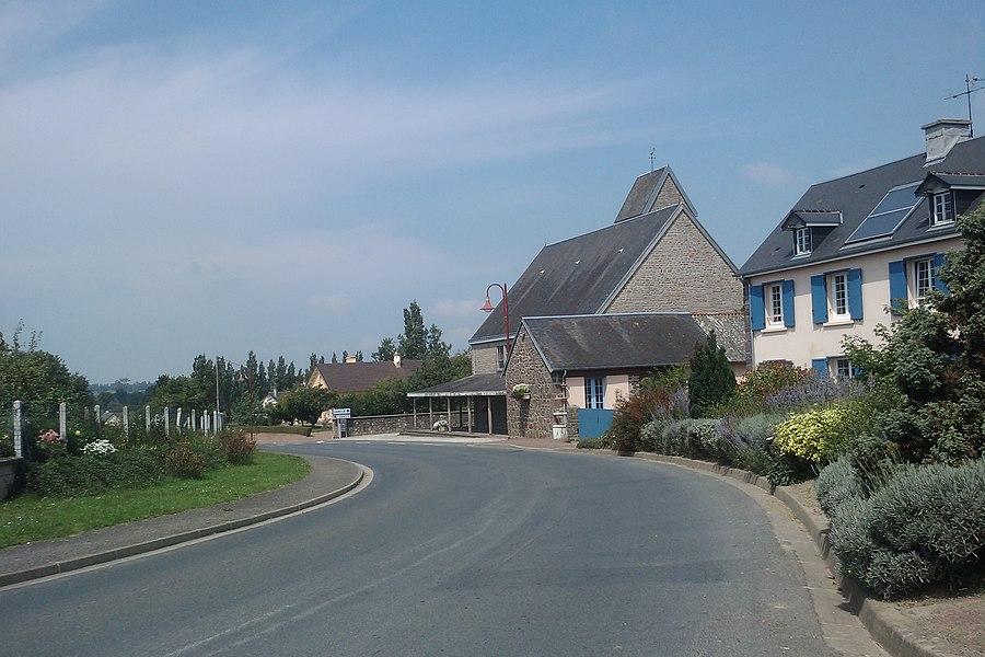 Commune du fr:Le Mesnil-Opac avec son église à droite