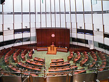 Большой круглый зал с письменными столами и возвышением.