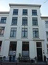 foto van Pand met gepleisterde hoge lijstgevel met 19e-eeuwse deuromlijsting